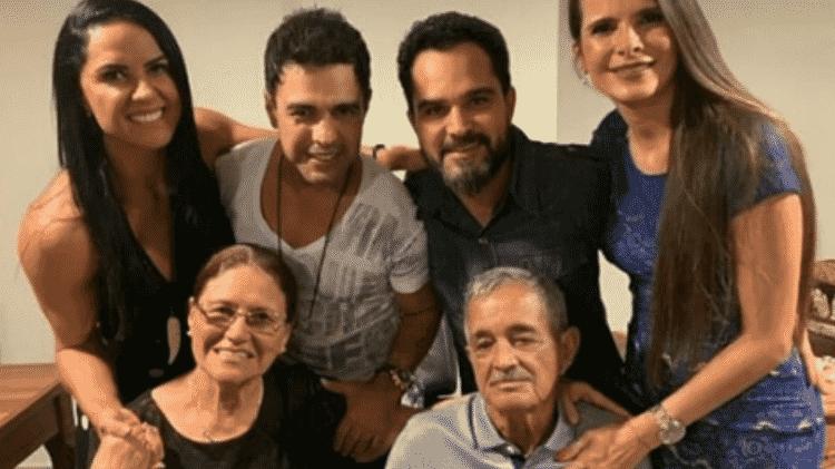 Graciele Lacerda, Zezé Di Camargo, Luciano Camargo e Flávia Fonseca com Seu Francisco e Dona Helena - Reprodução/Instagram