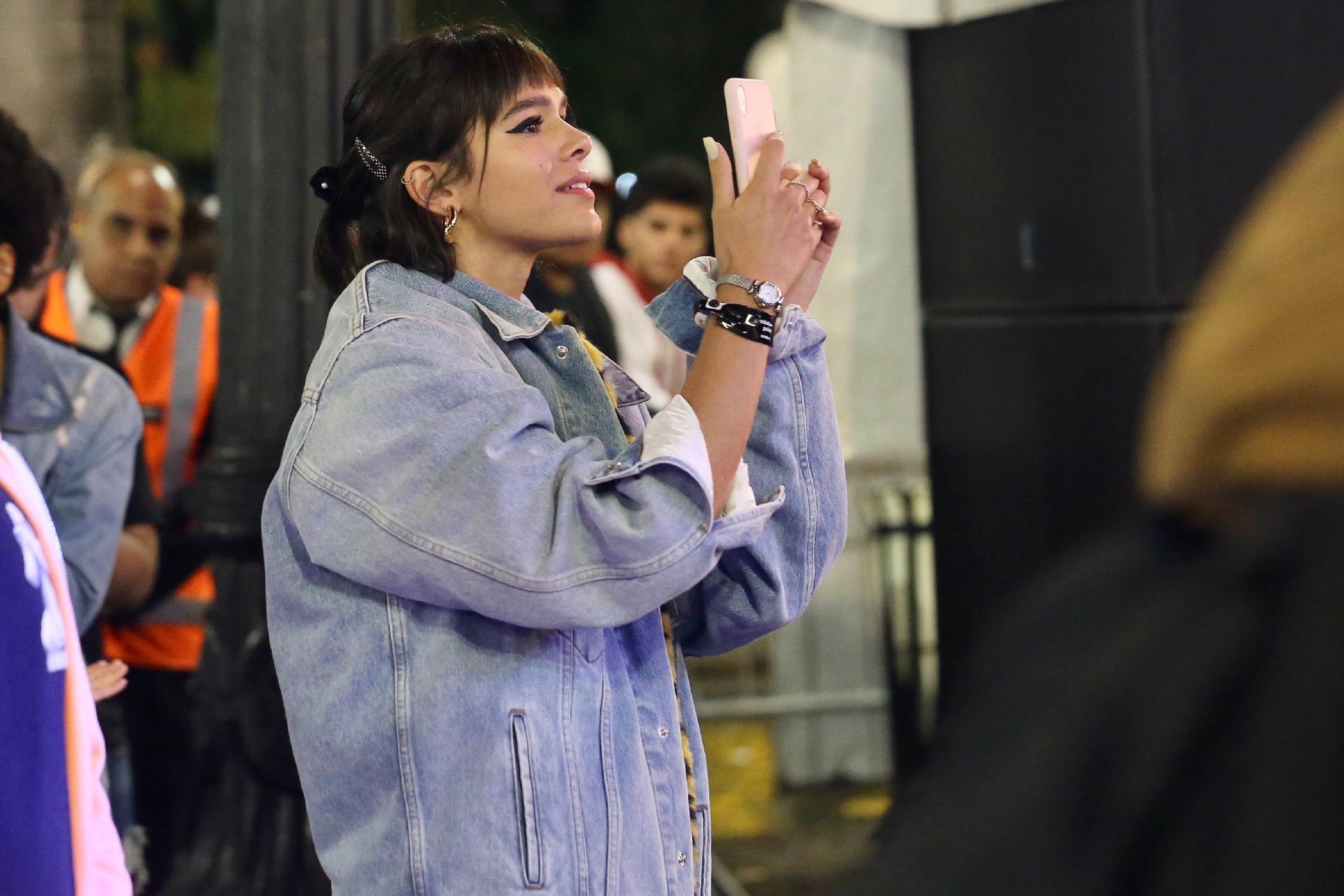 Bruna Marquezine surge de franjinha para assistir show da Virada Cultural