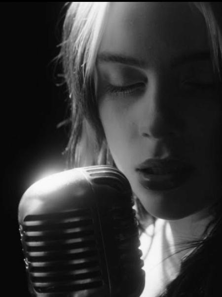 """Billie Eilish no clipe de """"No Time to Die"""" - Reprodução/YouTube"""