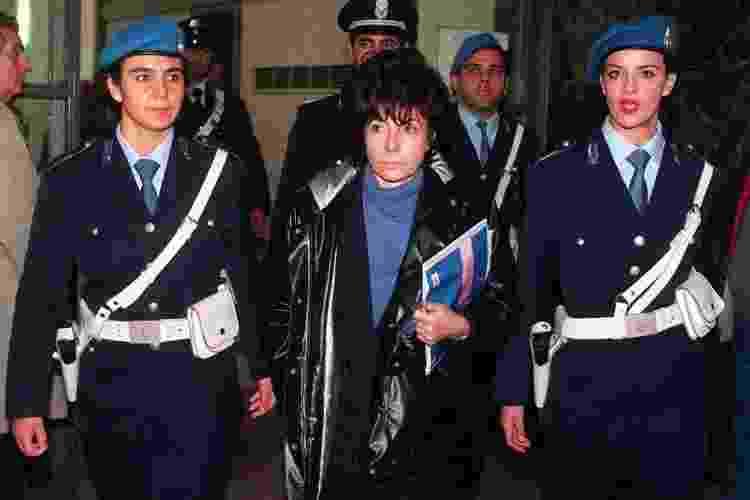 Patrizia escoltada por policiais durante o desenvolvimento do julgamento - Getty Images - Getty Images