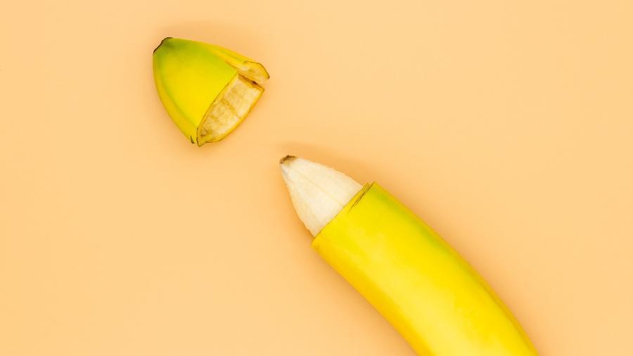 Banana ilustra a circuncisão de pênis, quando é retirado o prepúcio - iStock