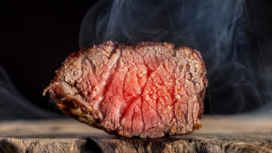 Esperar antes de cortar a carne deixa bife mais suculento - Rainer Fuhrmann / EyeEm