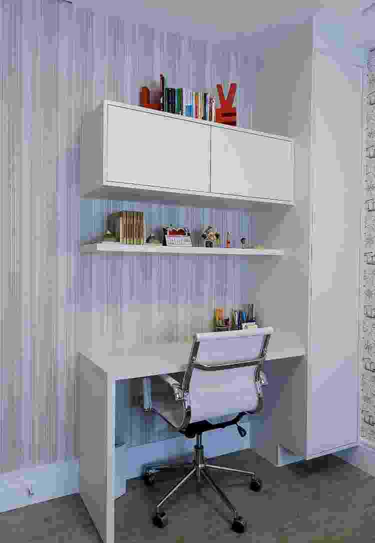 O cantinho de estudos também conta com um visual bem clean com o papel de parede do tipo vinílico - Henrique Ribeiro - Henrique Ribeiro
