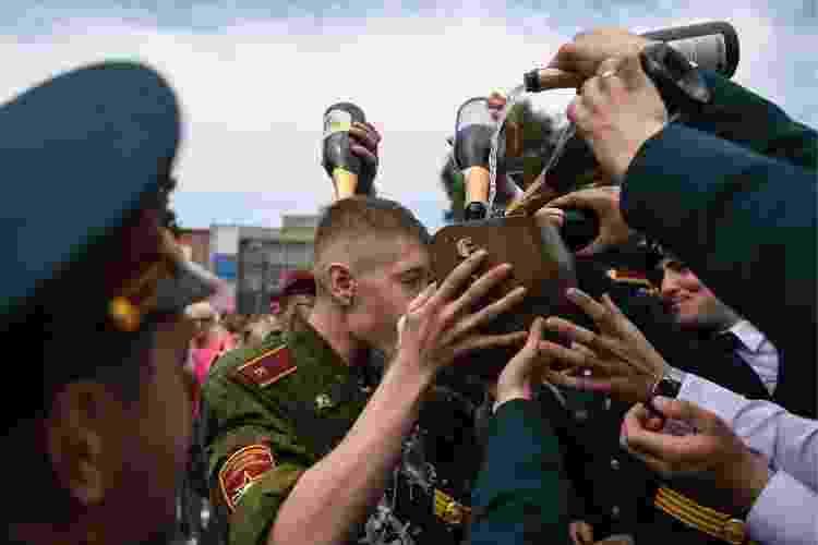 Formatura de oficiais militares russos, regada a muito champanhe - Kirill Kukhmar\TASS via Getty Images - Kirill Kukhmar\TASS via Getty Images