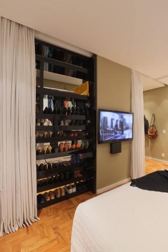 O móvel que organiza os sapatos, no dormitório principal da casa Sumaré, em São Paulo, foi projetado pela arquiteta Renata Popolo