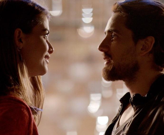 Lívia (Alinne Moraes) e Felipe (Rafael Cardoso) se reencontram em