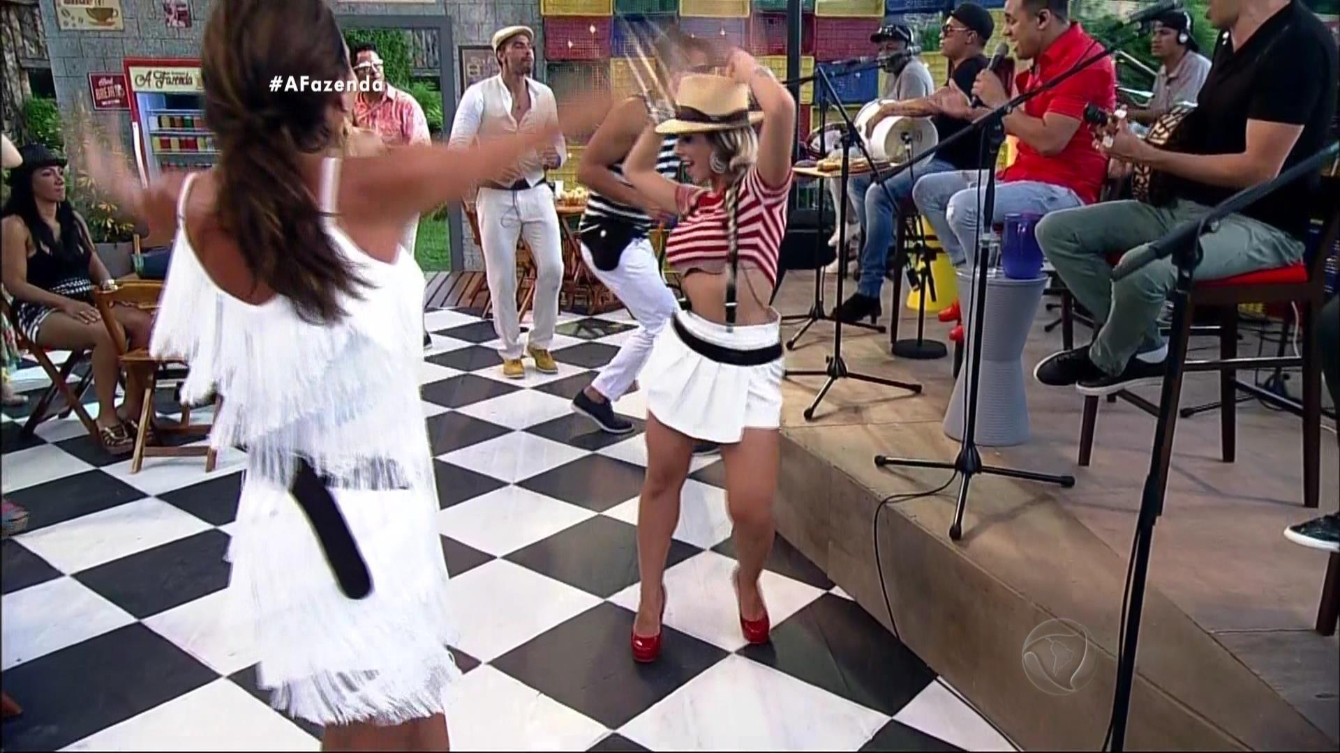 30.out.2015 - Ana Paula Minerato e Carla Prata dançaram a tarde toda