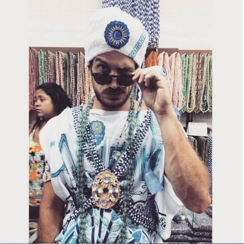 7.fev.2015 - Vestido de Gandhy, Marcos Pigossi curte o camarote os Filhos de Gandhy, um dos mais tradicionais da Bahia