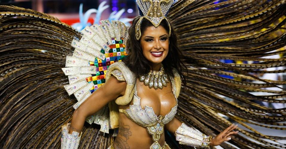 7.fev.2016 - Aline Riscado brilha à frente da bateria da Acadêmicos do Tucuruvi. A bailarina é conhecida por estrelar um comercial de cerveja
