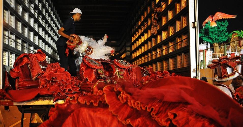 7.fev.2016 - Fantasias são guardadas em caminhão na dispersão da Dragões da Real, desfile que aconteceu na madrugada deste domingo