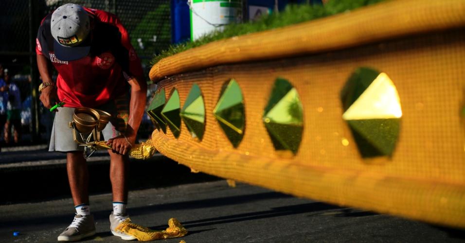 8.fev.2016 - Integrante de escola de samba faz últimos reparos nos carros que desfilam nesta segunda na Sapucaí