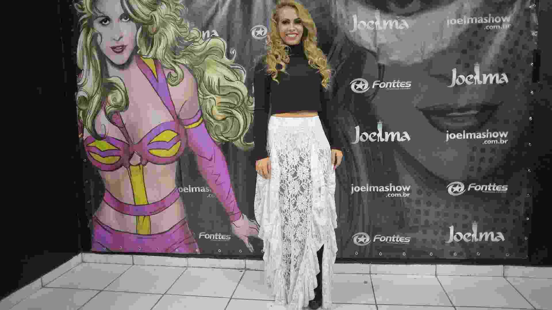 13.mai.2016 - Antes de começar o show, Joelma recebe a imprensa e os fãs para fotos em seu camarim - Reinaldo Canato/UOL