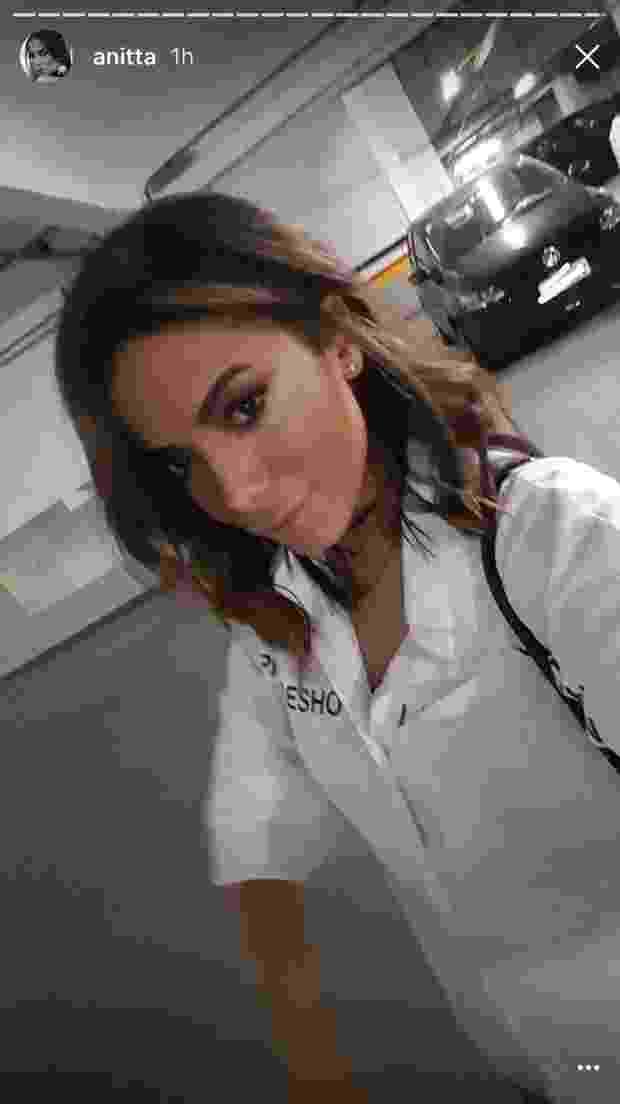 """10.out.2016- Anitta resolveu mudar o visual. A cantora deu adeus aos fios longos e apareceu com um corte mais curto e moderno. """"Amei"""", disse Anitta várias vezes no vídeo que ela compartilhou em uma rede social nesta segunda-feira (10) . Os fãs não demoraram muito para aprovar o novo penteado - Reprodução/Snapchat/Anitta"""