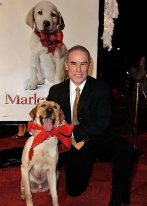 """11.dez.2008 - John Grogan posa com o cachorro Clyde, que fez a maior parte das cenas de Marley no filme """"Marley & Eu"""" - Kevin Winter/Getty Images"""