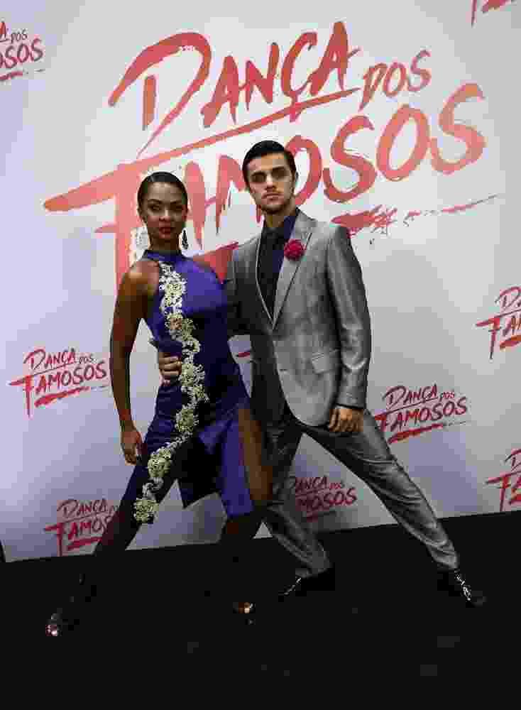 """Felipe Simas posa com a bailarina Carol Agnelo antes de dançar o tango na final da """"Dança dos Famosos"""" - Cláudio Augusto/Brazil News"""