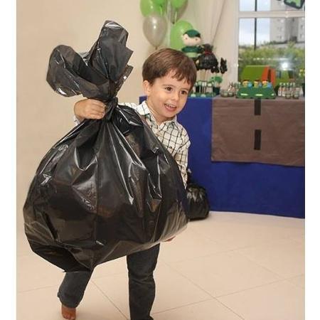 Rafael era só alegria com os sacos de lixo cheios de papel - Divulgação