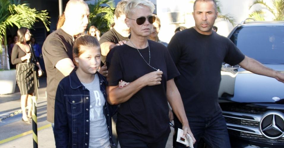 Abatida, Xuxa deixa velório do pai, Luiz Floriano Meneghel, no Memorial do Carmo, no Rio