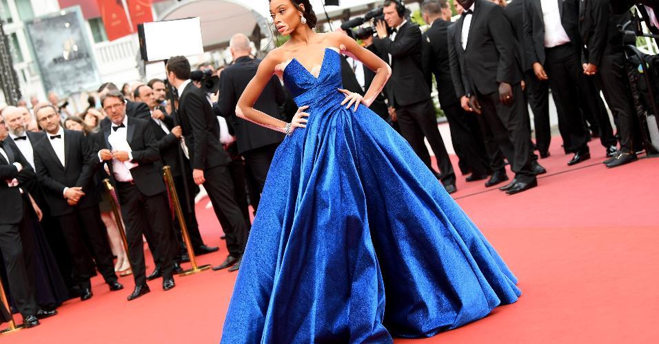 A modelo Winnie Harlow parou o tapete vermelho com seu Zuhair Murad Couture azul