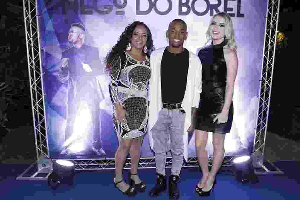Nego do Borel posa para foto com a mãe, Roseli, e a namorada, a modelo Julia Schiavi - Thyago Andrade / Brazilnews