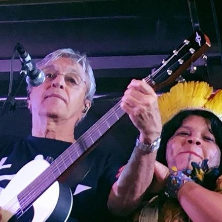 Caetano Veloso em apresentação com a líder indígena Sônia Bone Guajajara - Reprodução/Facebook
