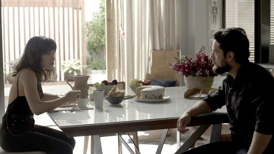 """Clara e Renato são amigos e cúmplices em """"O Outro Lado do Paraíso"""" - Reprodução/GShow/O Outro Lado do Paraíso"""
