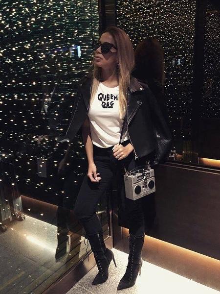 Anitta posa com bolsa da Dolce & Gabbana que imita um rádio  - Reprodução/Instagram