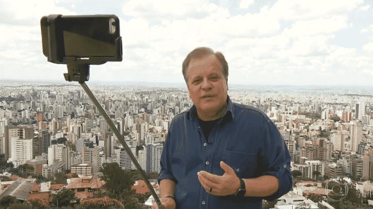 """Chico Pinheiro, apresentador do """"Bom Dia Brasil"""", mostra que o bastão de selfie também pode ajudar a gravar vídeo na horizontal - Reprodução/Globo - Reprodução/Globo"""