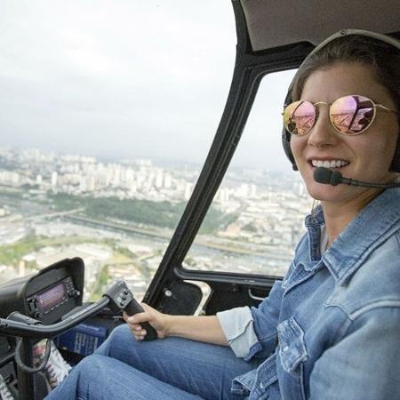 Maria Flora, instrutora de voo e pilota de helicóptero e avião, sobrevoa São Paulo - Arquivo pessoal