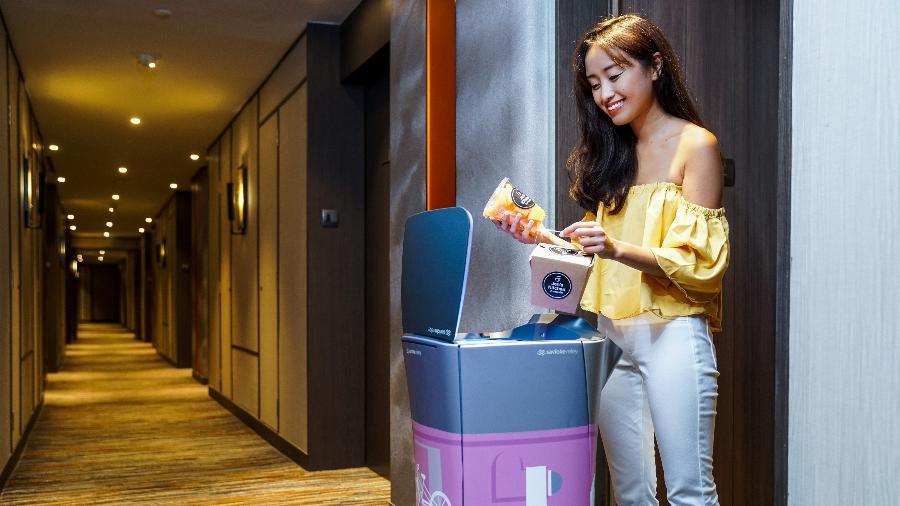 Os robôs entram em elevadores e levam produtos até a porta do quarto dos hóspedes  - Divulgação/Shangri-La Hotels and Resorts