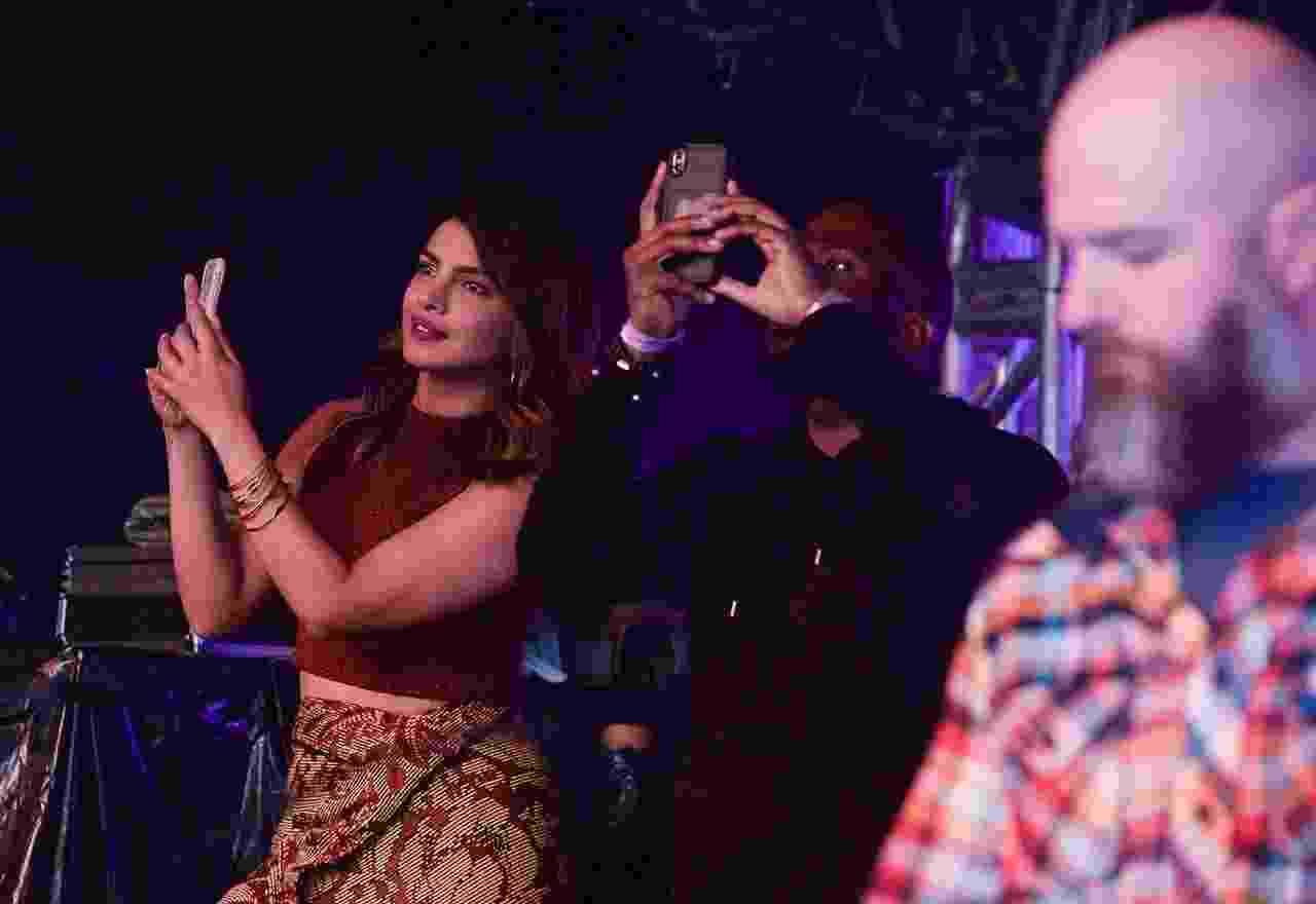 Namorada de Nick Jonas, Pryanka Chopra filma a apresentação do amado no VillaMix Festival Goiânia - Francisco Cepeda/AgNews