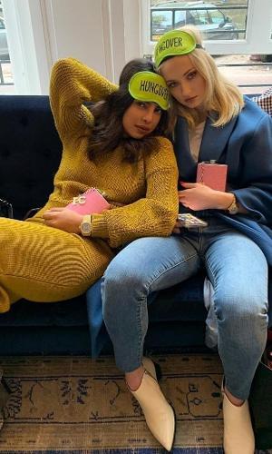 """Ao lado da cunhada famosa Sophie Turner (A Sansa de """"Game of Thrones""""), Priyanka curtiu uma bela ressaca toda vestida de amarelo."""