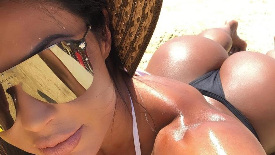Gracyanne barbosa posa de fio-dental na praia - Reprodução/Instagram