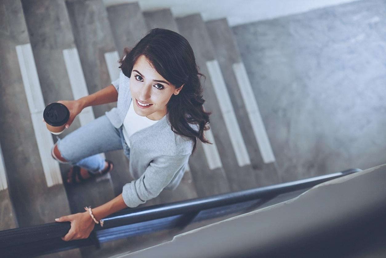 Resultado de imagem para mulher subindo escadas