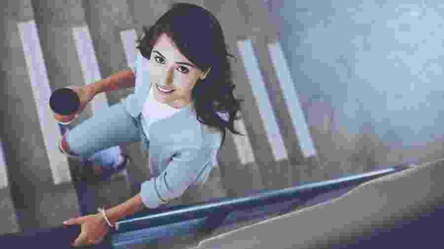 Mulher subindo escadas no trabalho - iStock