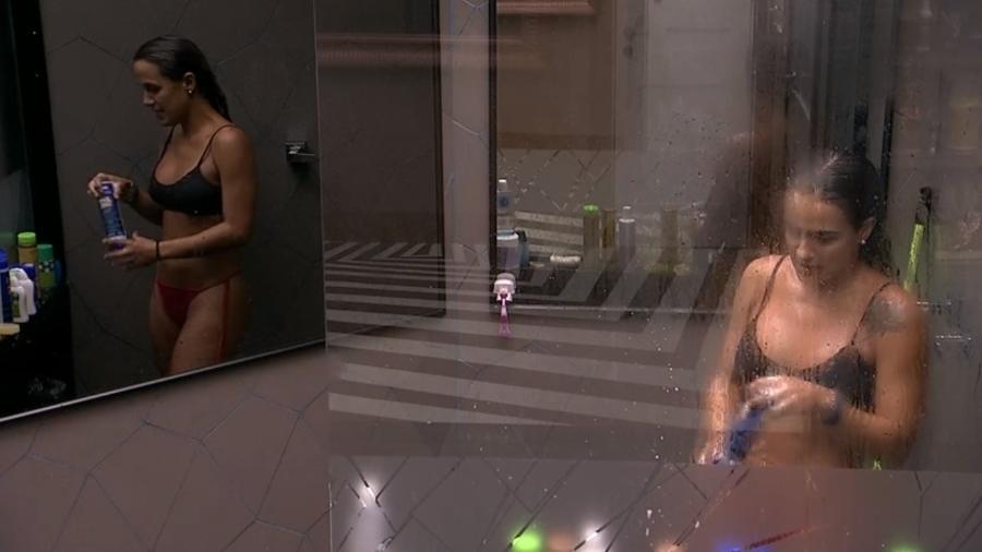 Carolina conversa com Paula e Hariany no banheiro da casa - Reprodução/Globoplay