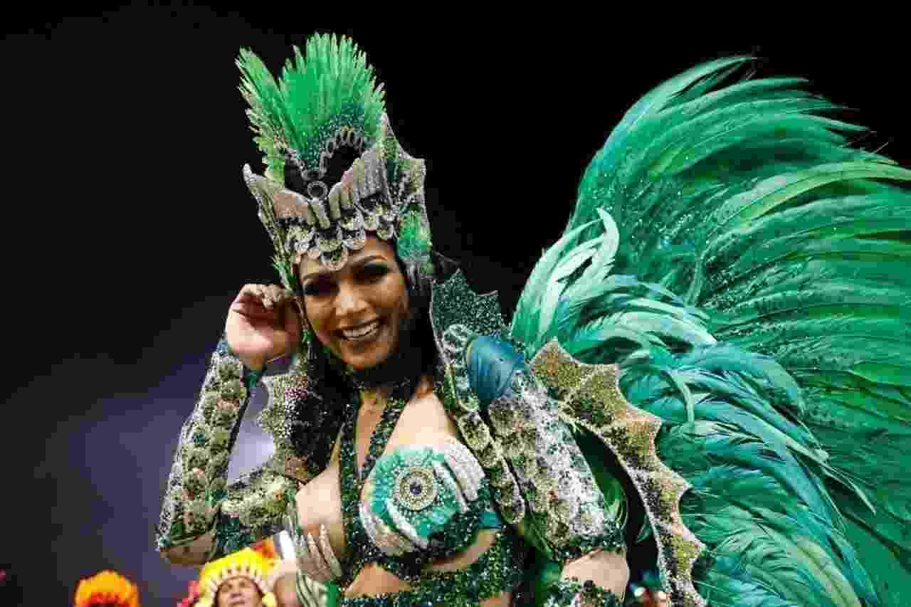 """Aline Oliveira, rainha de bateria Mocidade Alegre, comanda o desfile com o enredo """"Ayakamaé - As Águas Sagradas do Sol e da Lua"""" - Simon Plestenjak/UOL"""
