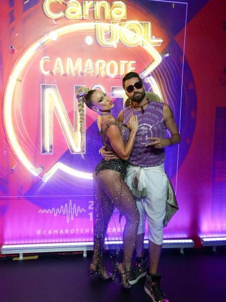 Latino e a noiva Jéssica Rodrigues curtem o camarote CarnaUOL N1 2019 no Desfile das Campeãs no RJ - Matias Maxx / UOL