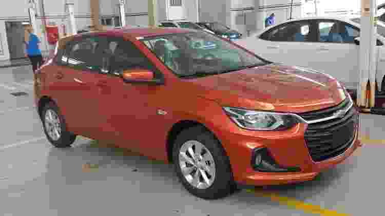 Concessionária de Goiânia (GO) já recebeu o novo Onix na cor laranja Tiger, exclusiva do hatch - Reprodução