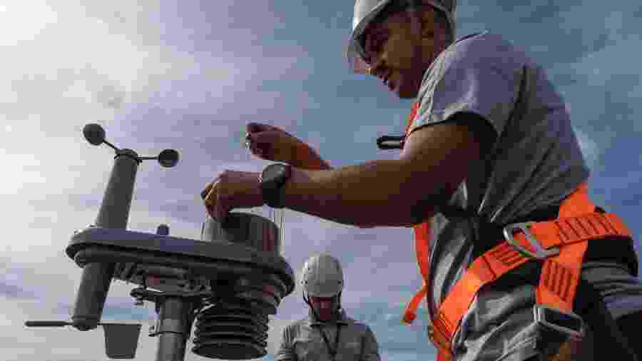 Profissionais da Pluvi.On regulam estação medidora no Sumarezinho, em SP - RENATO STOCKLER/PLUVION
