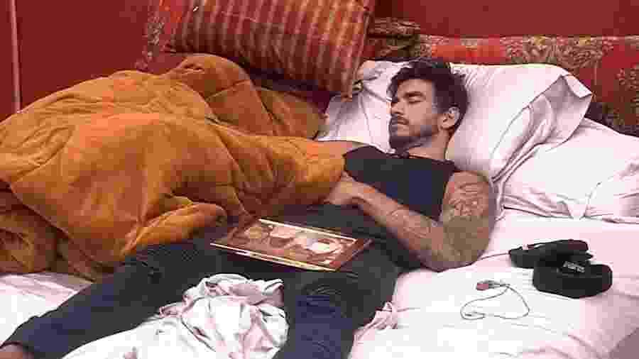 BBB 20: Guilherme dorme com retrato da família - Reprodução/Globo