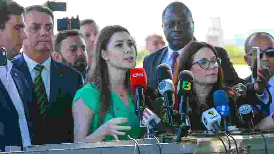 A deputada Caroline DeToni (PSL) na entrevista para a imprensa com o presidente Jair Bolsonaro na saída do Palácio da Alvorada em Brasília (DF) - WAGNER PIRES/FUTURA PRESS/ESTADÃO CONTEÚDO