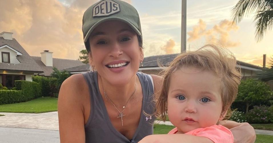 Claudia Leitte posou ao lado da filha em passeio