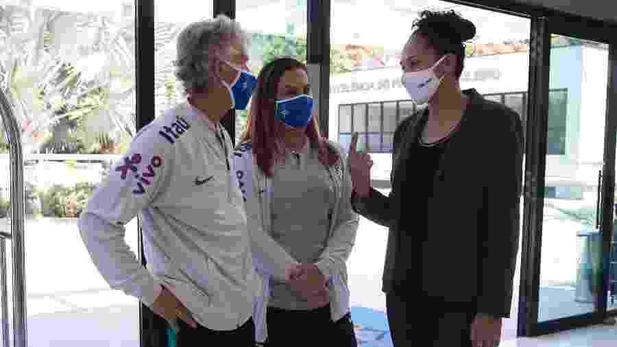 A técnica da seleção feminina, Pia Sundhage, ao lado das coordenadoras Duda Luizelli e Aline Pellegrino durante treino na Granja Comary - Thais Magalhães/CBF