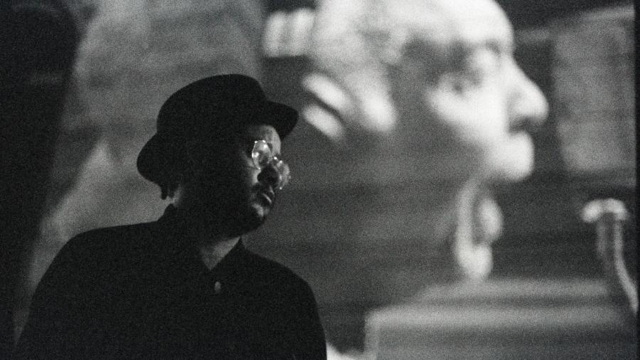 Emicida e a imagem projetada de Gilberto Gil - André Bernardes / Divulgação