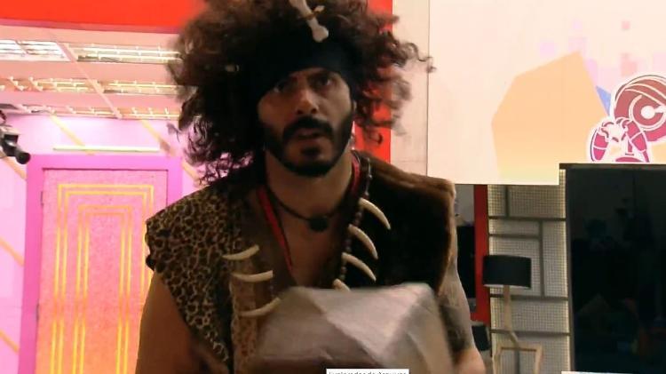 BBB 21: Rodolffo vestido de homem da caverna - Reprodução/ Globoplay - Reprodução/ Globoplay