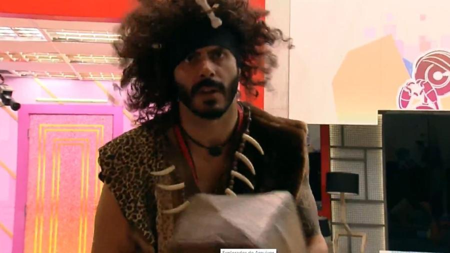 BBB 21: Rodolffo vestido de homem da caverna - Reprodução/ Globoplay