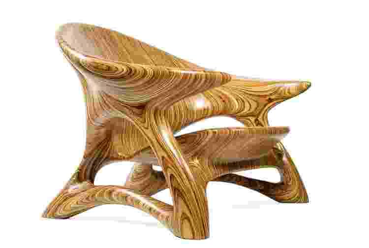 Julia trabalha com a madeira maciça laminada para criar os móveis - André Godoy - André Godoy