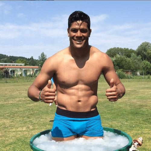 10.jul.2015 - O jogador Hulk continua em excelente forma. Na manhã desta sexta-feira, o atacante postou uma foto no Instagram em que aparece só de cueca dentro de um balde com gelo, prática comum adotada pelos jogadores para recuperar a musculatura após as partidas