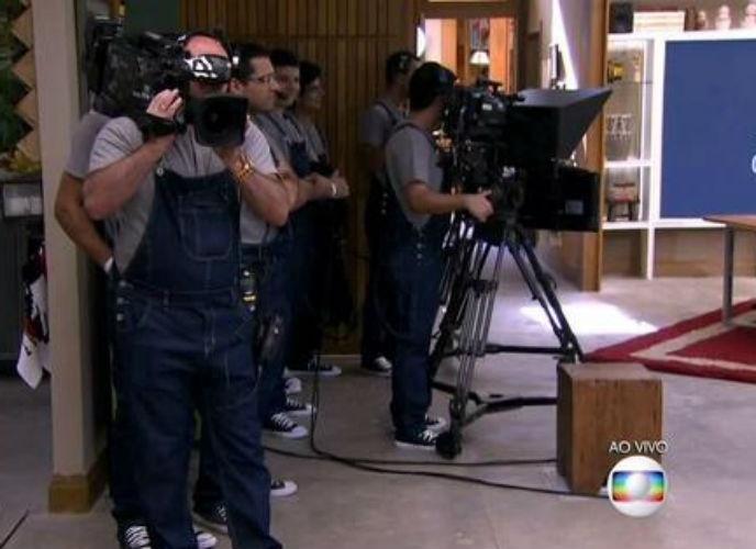 """8.ago.2015 - Tiago Leifert brincou com a roupa dos cinegrafistas e os comparou com os """"Minions"""""""