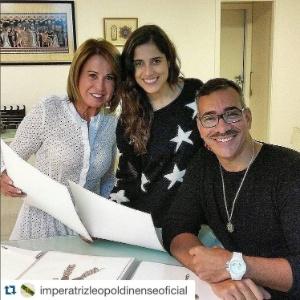 Zilu posa ao lado de sua filha, Camilla, e o carnavalesco Cahê Rodrigues